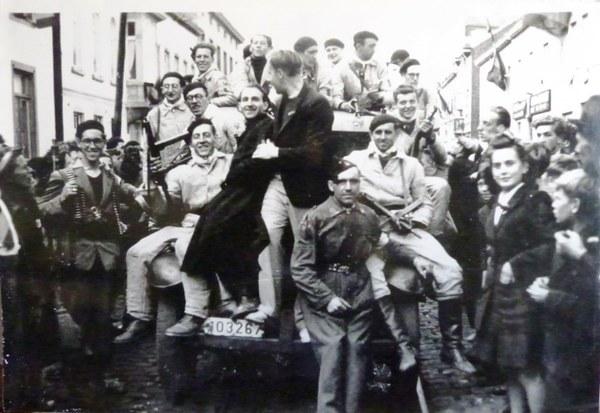Les résistants et les habitants de Waterloo fêtent une libération prématurée le 4 septembre 1944.